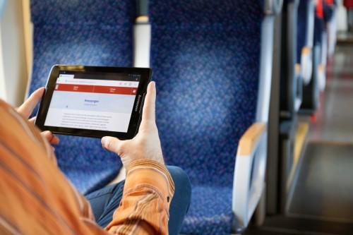 Kurzgeschichten online lesen - mit Tablet in Bahn